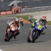 Moto GP: Catalogne D.1: Pedrosa tombe, Rossi grimpe.