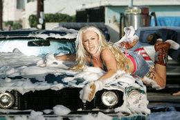 Pink: pas si facile que ça de laver une voiture avec son corps !