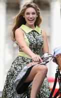 Kelly Brook veut vous faire monter à vélo au lieu de la voiture