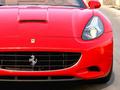 Insolite : une Ferrari California en travers dans un centre commercial