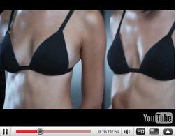 [vidéo] : Les fausses jumelles Mini, l'une aboie, l'autre toise