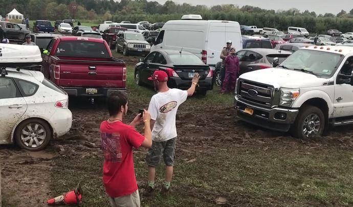 Une Subaru Impreza sort un Ford F-350 coincé dans la boue