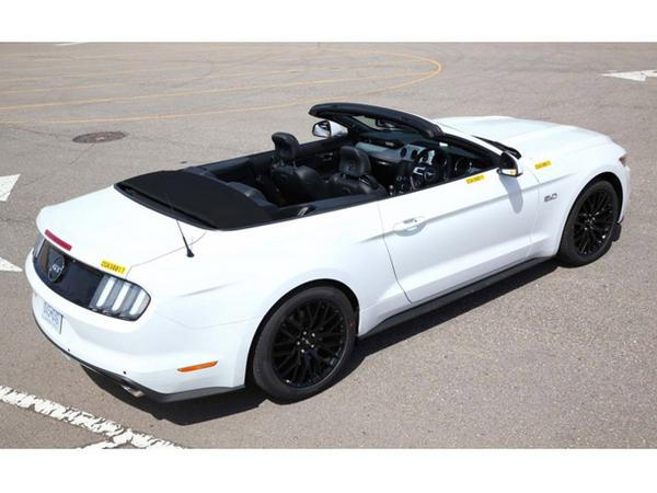 Ford développe sa première Mustang volant à droite