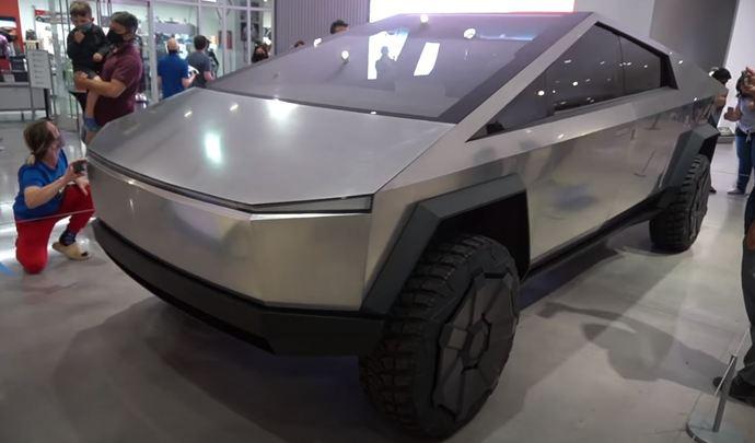 Le Tesla Cybertruck exposé dans un musée à Los Angeles