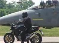 Vidéo moto : Aprilia Mana Vs avion de chasse