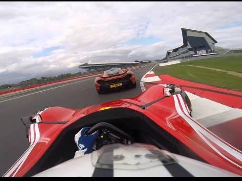 Vidéo : BAC Mono vs McLaren P1, pas si inégal que ça