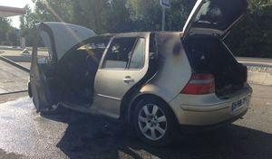 Une conductricejette un mégot par la fenêtre, sa voiture prend feu