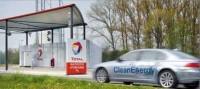 La BMW Série 7 Hydrogène ravitaillée par 3 stations-service Total