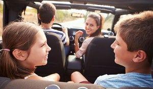 Des parents imprudents, mais inquiets pour la sécurité de leurs enfants en voiture