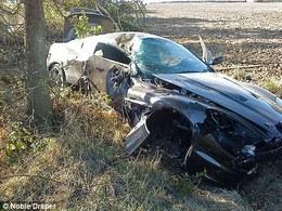 Supercars et joueurs de foot ne font définitivement pas bon ménage : Nicklas Bendtner explose son Aston Martin DBS contre un arbre