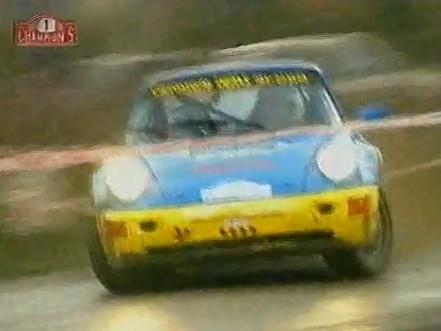 Une Porsche, des pneus terre, une route grasse. Le bonheur