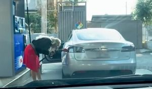 Insolite: elle tente de faire le plein d'essence d'une Tesla