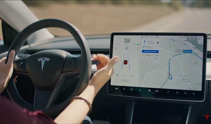 Elon Musk, le patron de Tesla, ne s'emballe-t-il pas un peu trop sur la voiture autonome ?