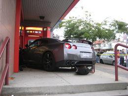 Accident : la Nissan GT-R attaque une banque