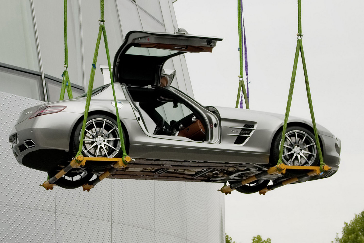 la mercedes sls amg portes papillon s 39 envole pour de vrai. Black Bedroom Furniture Sets. Home Design Ideas