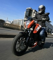 essai ktm 125 duke 2011 op ration infiltration. Black Bedroom Furniture Sets. Home Design Ideas