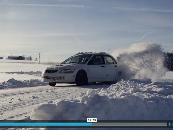 La recette du bonheur : des routes enneigées désertes et une Mitsubishi Lancer Evo 7