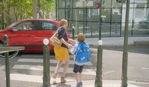 Les parents sont imprudentssur le chemin de l'école