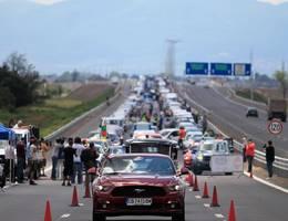 Insolite : des Bulgares forment la plus longue file de Ford du monde