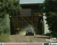 La vidéo du jour : poursuivie par le plus gros camion du monde !!!