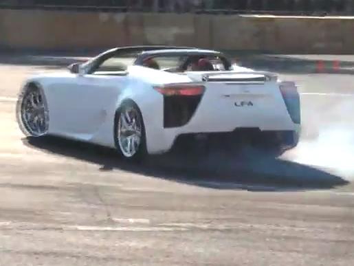 Surprise : une Lexus LFA Roadster drifte à Tokyo