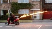 Insolite : un scooter qui pête le feu pour éloigner les caisseux!