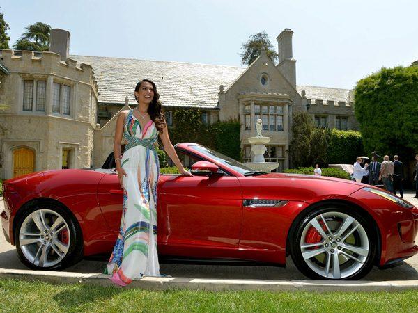La Playmate de l'année reçoit une Jaguar Type F