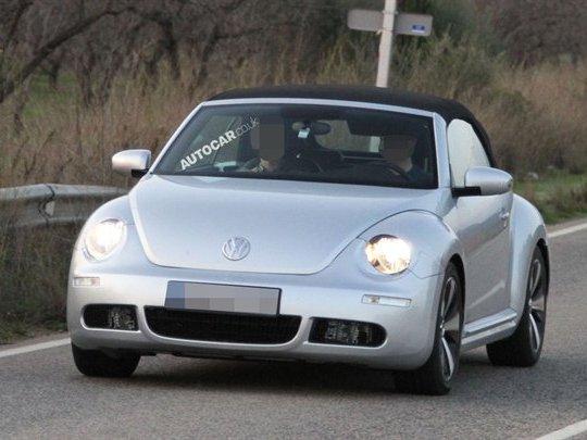 Le nouveau cabriolet Volkswagen Beetle se promène...