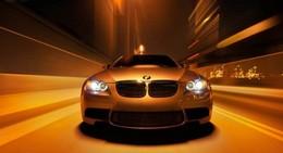 [Vidéo] Une très jolie brune et une BMW M3 : il n'en faut pas plus