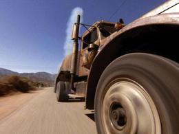 [vidéo] Comment éviter d'être écrasé par un camion ? Courir (vite)