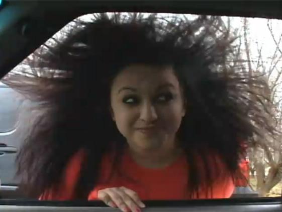 [vidu00e9o insolite] Tu as une dru00f4le de tu00eate. Hein ? Tes cheveux sont bizarres. Hein