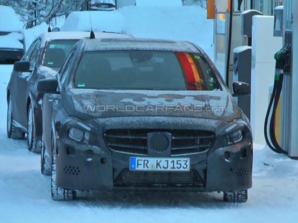 Surprise vidéo : la future Mercedes Classe A se cache de moins en moins