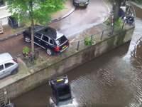 Insolite : un Porsche Cayenne envoie une Smart dans l'eau