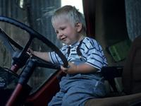 A 10 ans, il rate le bus de l'école et prend la voiture de son père.