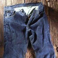 Helston's met du kevlar dans son jean Alan.