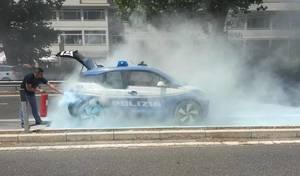 Insolite : une BMW i3 de police prend feu à Rome