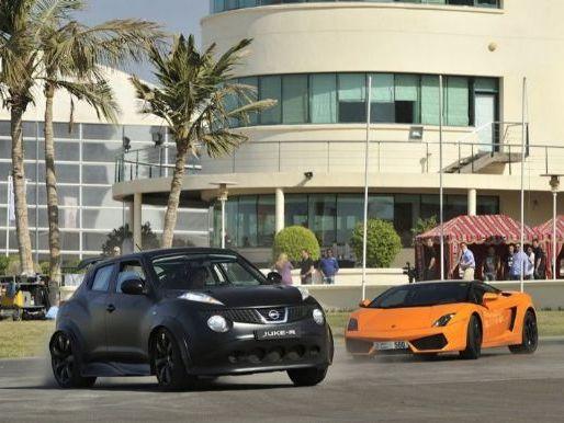Nissan Juke-R face à des supercars à Dubaï