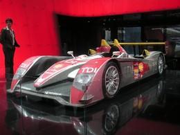Dans un coin, l'Audi R10 victorieuse des 24 Heures du Mans 2008...