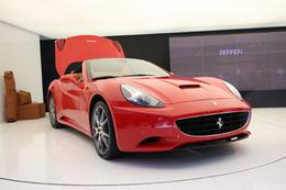 Mondial de Paris : Ferrari California dans la foule