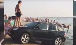 Insolite : un Porsche Cayenne utilisé comme ... toboggan