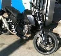Nouveauté 2011 - KTM: La Duke 690 Spied surprise sur le bord de la route