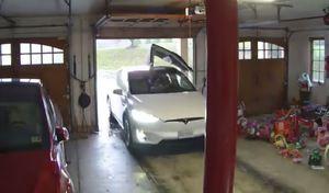Il enfonce la porte Falcon de son Tesla Model X en sortant du garage