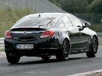 Opel Insignia à hayon sort de l'ombre