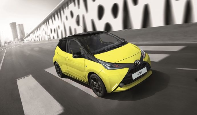 la toyota aygo x cite 3 voit la ville en jaune. Black Bedroom Furniture Sets. Home Design Ideas