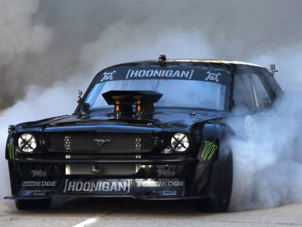 ken block surpris sur le tournage de gymkhana 7 avec sa nouvelle voiture. Black Bedroom Furniture Sets. Home Design Ideas