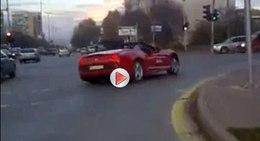 [Vidéo] Après la Veyron dans le lac, la Ferrari California dans le tractopelle