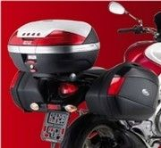 Givi équipe, pour les vacances, la Suzuki Gladius.