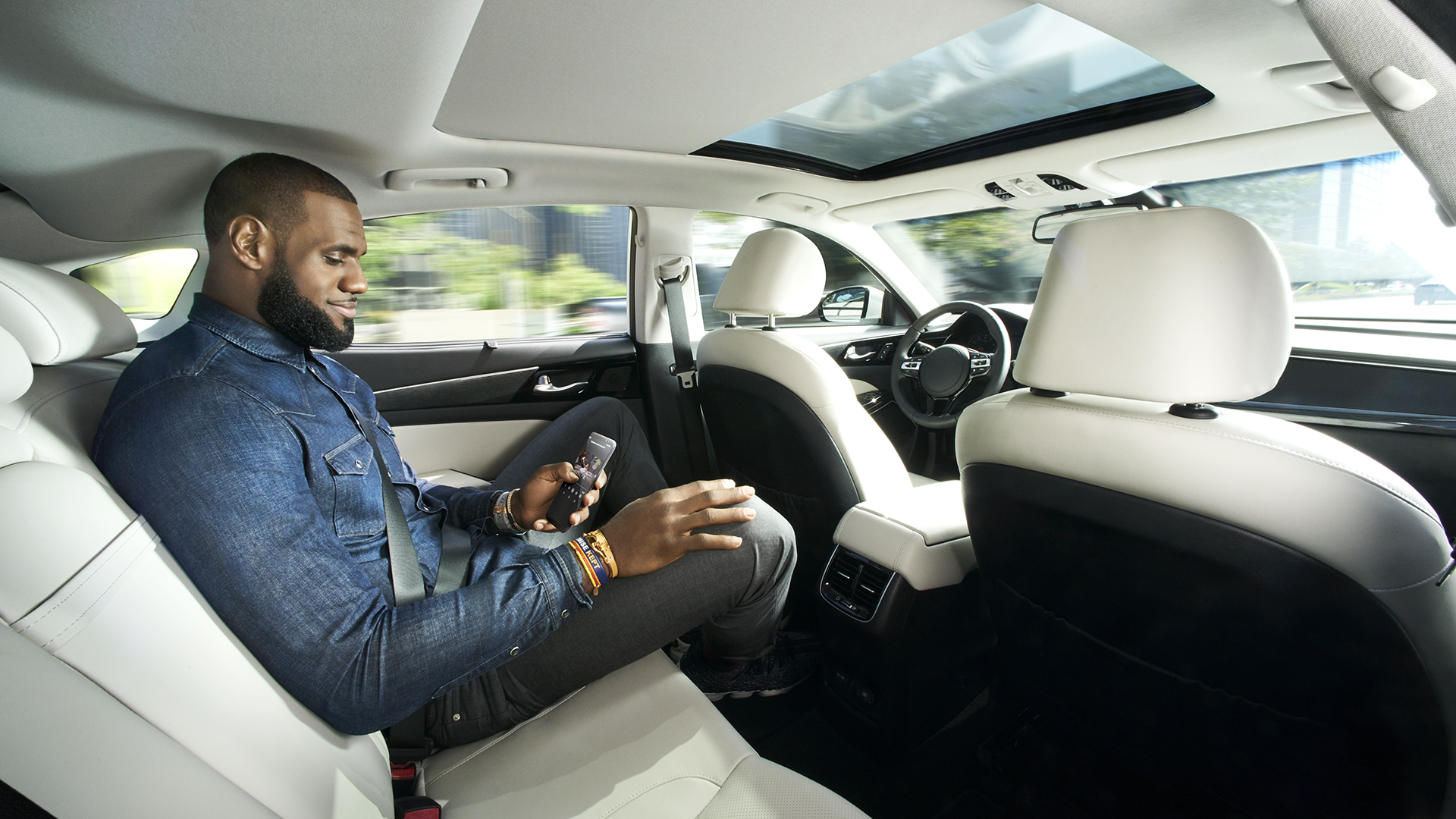 le basketteur lebron james fait la promo de la voiture autonome. Black Bedroom Furniture Sets. Home Design Ideas