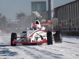Un tour du Nürburgring sur la neige et en monoplace