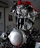 Husqvarna: les premières photos de leur nouveau moteur orienté route.